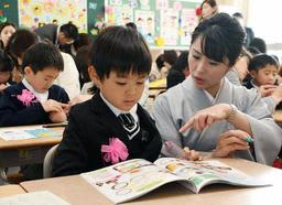 保護者と配布物の確認をする新入生=8日午前、姫路市城東町竹之門の城東小学校