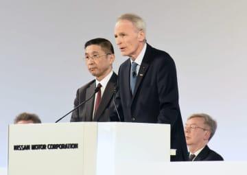 日産自動車の臨時株主総会で発言するルノーのジャンドミニク・スナール会長。左は西川広人社長=8日、東京都内(日産自動車提供)