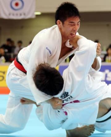 【男子81キロ級決勝】延長4分36秒、永瀬(旭化成、左)が膝車を決めて一本勝ち=福岡国際センター
