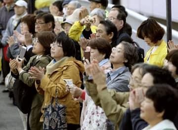 衆院大阪12区補選が告示され、候補者の街頭演説に集まった人たち=9日午前、大阪府寝屋川市
