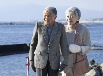 御用邸近くの海岸を散策される天皇、皇后両陛下=1月、神奈川県葉山町