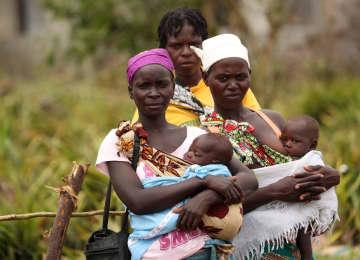 サイクロンで被災した母子ら=3月23日、モザンビーク・ベイラ近郊(ロイター=共同)
