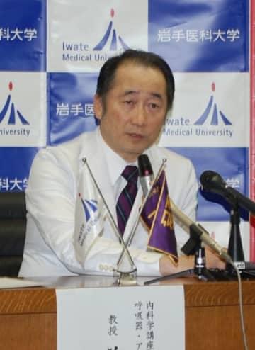 肺がん治療の研究成果について語る前門戸任教授