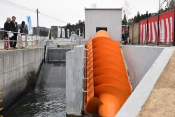 発電を始めた八幡沢発電所の国産開放型らせん水車