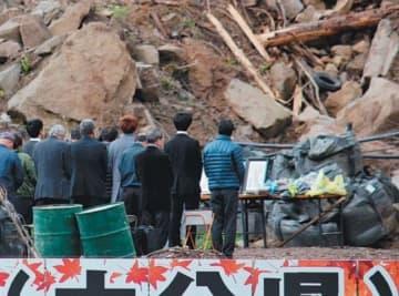 慰霊祭で犠牲者の冥福を祈る遺族や地元住民ら=11日午前9時5分、中津市耶馬渓町金吉