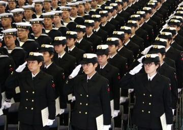 佐世保教育隊で初めてとなる女性隊員=海自佐世保教育隊