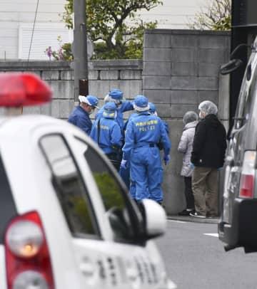 発砲のあった現場付近を調べる神奈川県警の捜査員ら=12日午後、横浜市