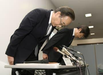 建築基準の不適合が約2千件見つかり、記者会見の冒頭で謝罪する大和ハウス工業の土田和人代表取締役専務執行役員(左)ら=12日午後、大阪市