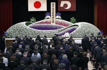 熊本地震から3年を迎え、追悼式で黙とうする参列者=14日午前、熊本県庁