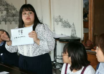 熊本・大分地震を教訓に始まった交流会「ひるまち にほんご」で地域住民らと体験を語る留学生のマリア・エベリンさん=別府市