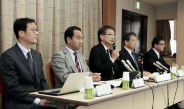神戸市の中3女子生徒が自殺した問題で、報告書の内容を説明する市の第三者委員会=16日午前、神戸市役所