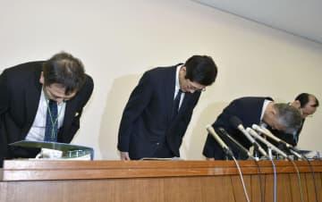 神戸市の中3女子生徒が自殺した問題で、謝罪する市教育委員会の幹部ら=16日午後、神戸市役所