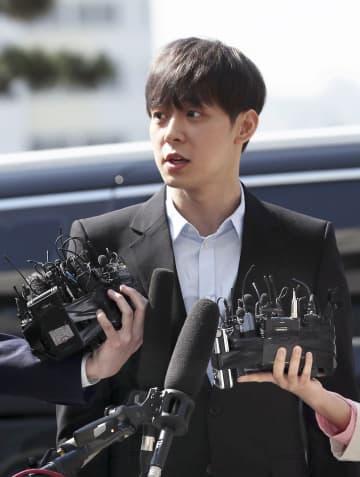 警察への出頭に先立ち、取材に応じるパク・ユチョン氏=17日、韓国・水原(聯合=共同)