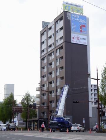 外壁タイルが落下したマンション=17日午後、熊本市