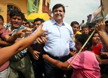 支持者に囲まれる生前のガルシア元大統領=2006年5月、ペルー・ピウラ(ロイター=共同)