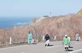 外海の絶景を望む観光道路沿いで清掃活動に当たるボランティアら