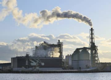 仙台港で運転する石炭火力発電所「仙台パワーステーション」=2018年1月、仙台市宮城野区
