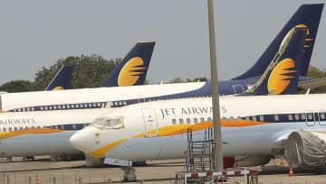 経営難で全便の運航を停止しているインドのジェット・エアウェイズの機体=15日、ムンバイ(AP=共同)