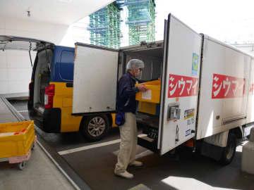 横浜工場には1時間約70台の配送車が出入りし、県内各地に商品を届ける=横浜市都筑区