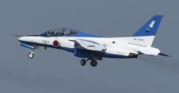 飛行するブルーインパルスの機体