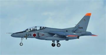 緊急着陸したT4中等練習機の同型機