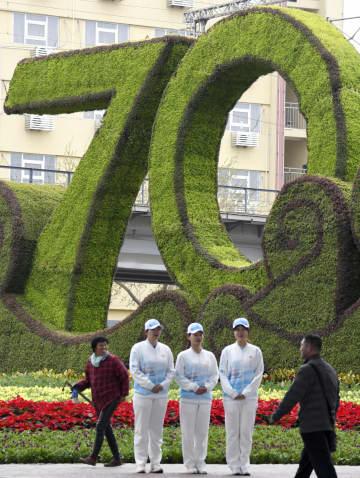 中国海軍創設70年に合わせ、市内に設置された飾り付け=20日、中国・青島(共同)