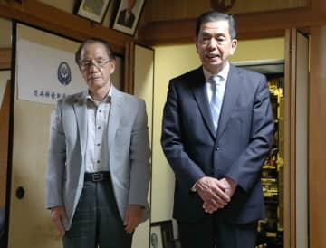落選が決まり、支持者にあいさつする吉原日出雄さん(右)=22日午前0時4分、長崎市向町の自宅