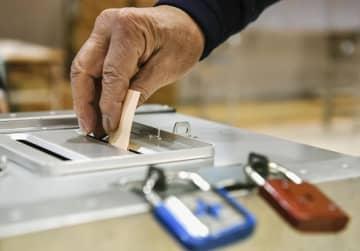 統一地方選で投票する有権者=21日午前、東京都中央区