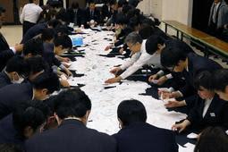 播磨町議選の開票作業を進める町職員ら。有権者が託した110票は「無効」とされた=21日夜、兵庫播磨町東本荘1