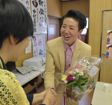 当選を祝い事務所を訪れた支援者と握手を交わす滑川友理さん=水戸市曙町