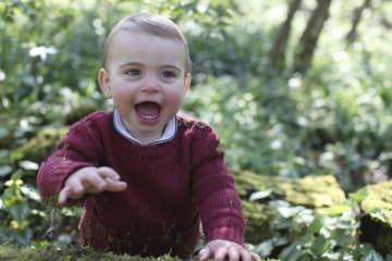 英王室が公開した、英ノーフォーク州での自宅敷地内のルイ王子(キャサリン妃撮影・AP=共同)