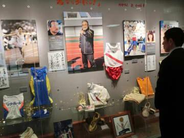 小出さんと教え子の選手たちのゆかりの品が展示されている岩名運動公園陸上競技場=24日、佐倉市