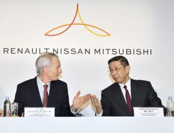 記者会見するルノーのジャンドミニク・スナール会長(左)と日産自動車の西川広人社長兼CEO=3月、横浜市の日産自動車本社