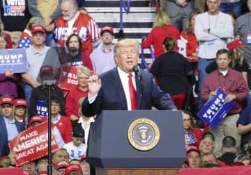 27日、米ウィスコンシン州グリーンベイの支持者集会で演説するトランプ大統領(共同)