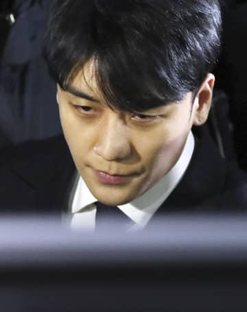 3月15日、ソウルの警察署で取り調べを受けた「BIGBANG」の元メンバー、イ・スンヒョン氏(聯合=共同)