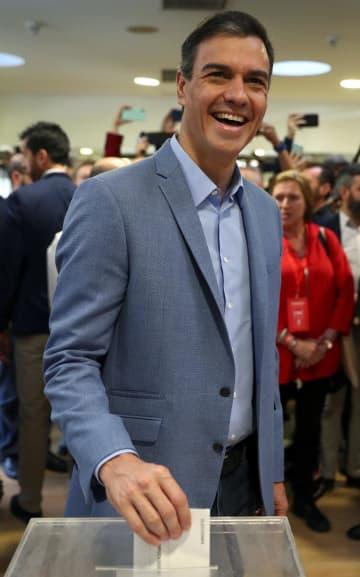 28日、スペイン・マドリード近郊で投票するサンチェス首相(ロイター=共同)