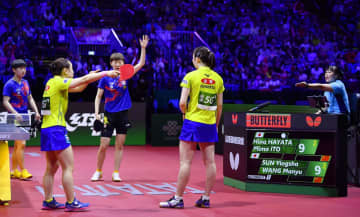 女子ダブルス決勝 得点したかに見えたポイントがカウントされず抗議する伊藤(手前左)、早田組=ブダペスト(共同)