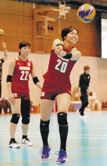 初の代表合宿で練習に励む渡辺(右)=24日、東京都北区の味の素ナショナルトレーニングセンター