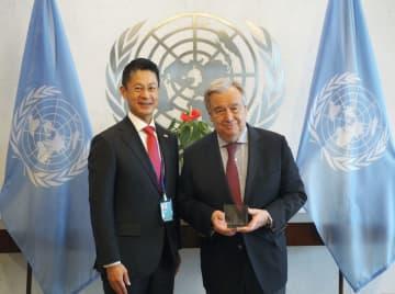 29日、ニューヨークの国連本部でグテレス事務総長(右)と会談した広島県の湯崎英彦知事(共同)