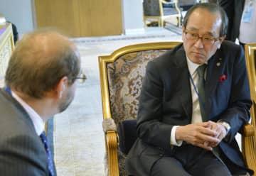 29日、ニューヨークの国連本部で英国のリドル軍縮大使(左)と会談した広島市の松井一実市長(共同)