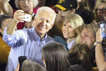 29日、米ペンシルベニア州ピッツバーグで演説後、市民との写真撮影に応じるバイデン前副大統領(中央左)(共同)