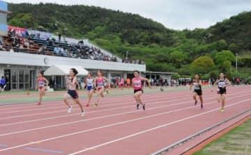 100メートル決勝で力走する選手たち
