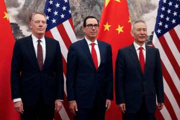 1日、北京での貿易協議に臨む、右から中国の劉鶴副首相、ムニューシン米財務長官、ライトハイザー米通商代表(ロイター=共同)