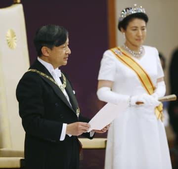 「即位後朝見の儀」でお言葉を述べられる天皇陛下=1日午前11時15分、宮殿・松の間(代表撮影)