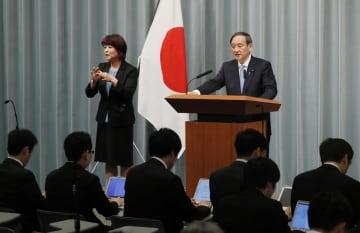 記者会見する菅官房長官=1日午前9時17分、首相官邸