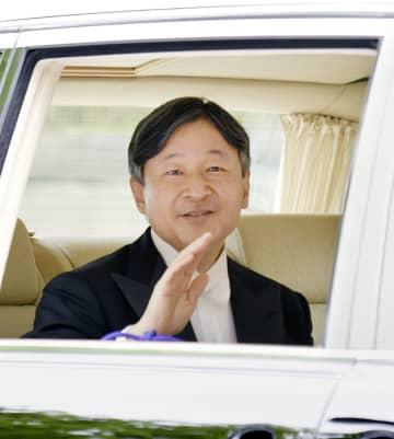 赤坂御所に戻られる天皇陛下=1日午後0時38分、東京・元赤坂