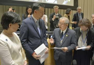 NPT再検討会議第3回準備委員会で、サイード議長(中央左)に「ヒバクシャ国際署名」の目録を手渡す被団協の木戸季市事務局長(同右)ら=1日、米ニューヨークの国連本部(共同)
