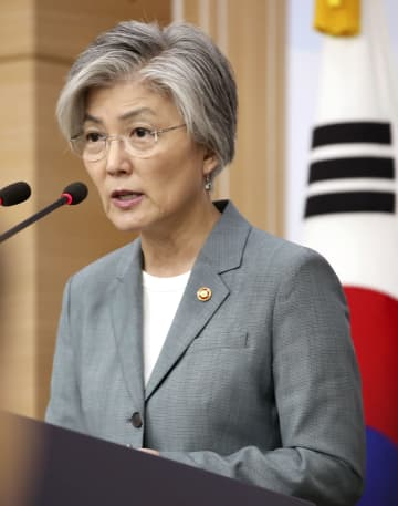 2日、ソウル市内で韓国メディアと記者会見する康京和外相(聯合=共同)