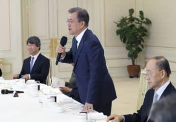 2日、ソウルの韓国大統領府で開かれた会合であいさつする文在寅大統領(中央)(聯合=共同)