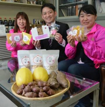 漬物など加工品を詰め合わせた賢治のトランクを開発した(左から)川村姫子隊長、箱崎陽介社長、昆真喜子さん